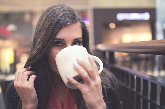 5 things to reduce your weight - A young girl is drinking water